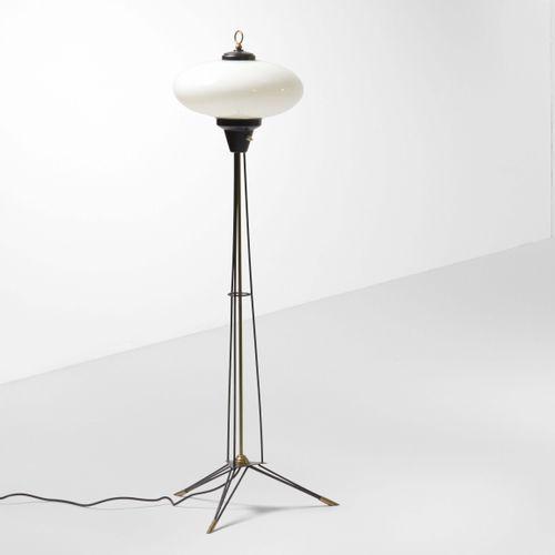 Lampada da terra con struttura in metallo laccato, particolari in ottone e diffu…