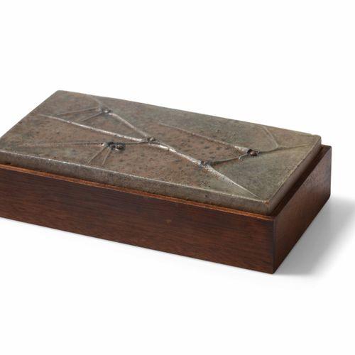Renato Bassoli, Scatola in legno con coperchio in metallo sbalzato. Firma origin…