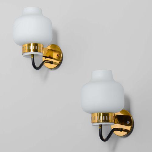 Stilnovo, Due appliques con struttura in ottone e diffusori in vetro opalino. Pr…