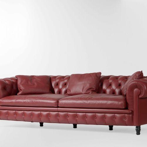 Renzo Frau, Chester Un grand canapé avec cadre en bois et revêtement en cuir. Co…