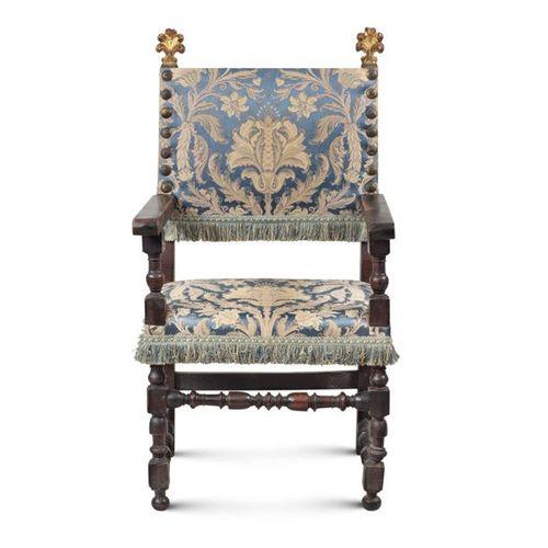 Walnut armchair Tuscany, 18th 19th century 124x65x50 cm. Structure en noyer avec…