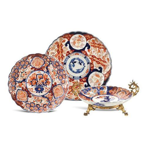 Group of Imari porcelain objects (3) 18th 19th century a) assiette en porcelaine…