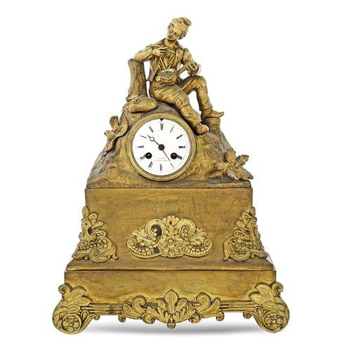 Gilt metal mantel clock France, 19th 20th century 44x32,5x12 cm. 建筑结构,带嵌花,白色清漆表盘…