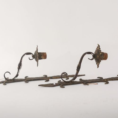 Paire de grandes appliques rustiques à un bras de lumière, XXe, fer forgé à pati…