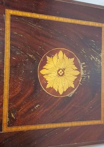 Une bibliothèque tournante à section carrée en bois de placage , le plateau marq…