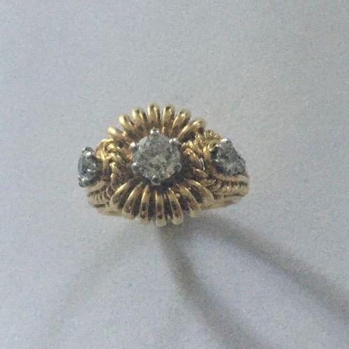 Bague en or jaune (750) 18K et platine monture décor de torsades d'or. Au centre…