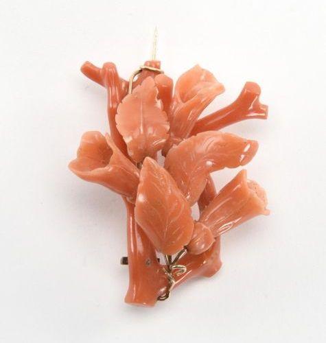 Broche figurant des coraux marins en corail orange (petit accident). Monture en …