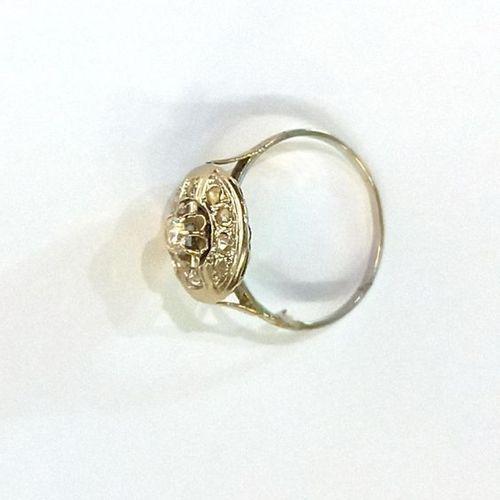Bague corolle en or blanc (750) 18K intégralement sertie de diamants. Au centre,…