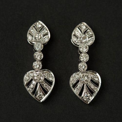 Paire de pendants d'oreilles en or blanc 18 K (750) aux extremités deux coeurs e…