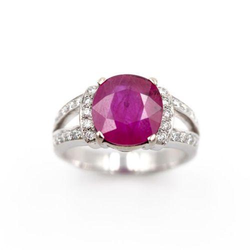 Bague en or blanc (750) 18K, ornée d'un rubis taille ovale de 3,80 carats enviro…