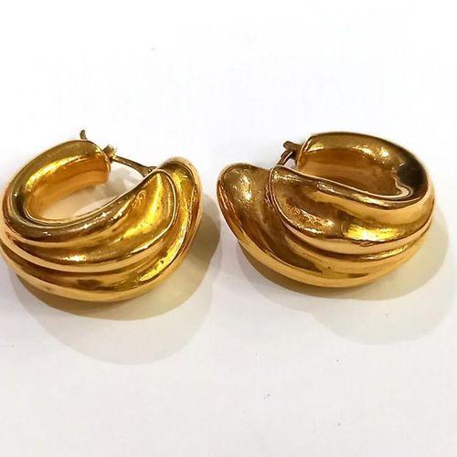 Paire de boucles d'oreilles en or jaune (750) 18K formant des créoles torsadées.…