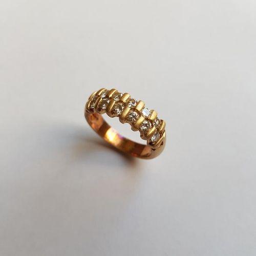 Demi alliance américaine en or jaune mat 18 K (750), à deux rangs de diamants ta…