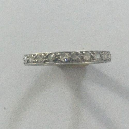 Alliance américaine en or blanc (750) 18K intégralement sertie de petits diamant…