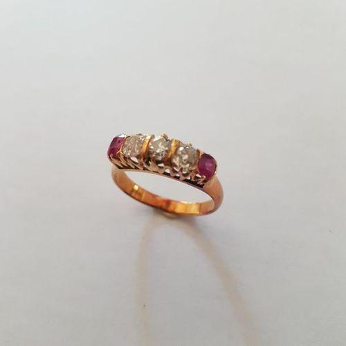 Bague jarretiere en or rose (750) 18K sertie de trois diamants taille coussin et…