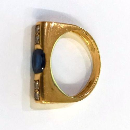 Bague jarretière en or jaune (750) 18K demi serti clos d'un saphir ovale épaulé …