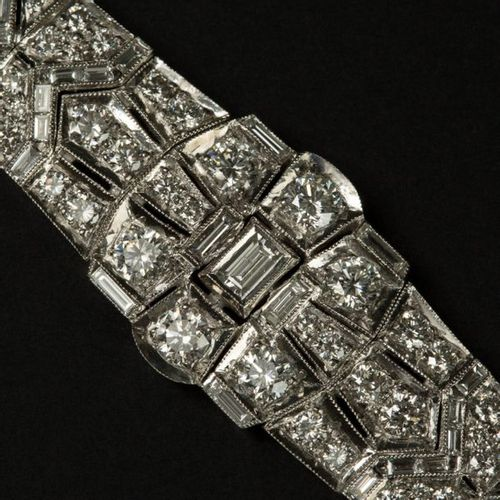 Bracelet en or blanc 18k (750) entièrement serti de diamant, au centre un noeud …