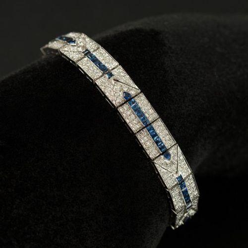 Bracelet ruban en or blanc 18 K (750) maillons articulés à dessins geométriques …