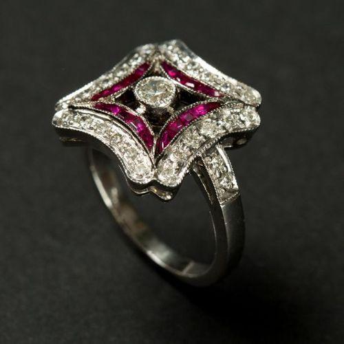 Bague en or blanc 18K (750), Forme carrée stylisée, bordure de diamants,souligné…