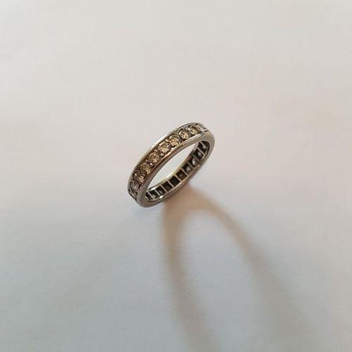 Alliance en platine entièrement sertie de diamants taille moderne. Poids : 4,30 …