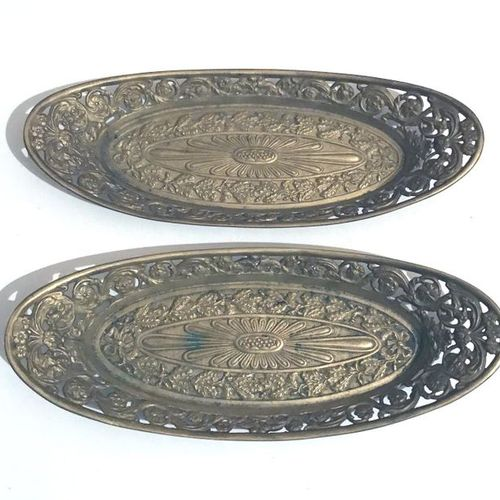 Two gilded metal shuttle bowls with foliage decoration. Length : 22,5 cm