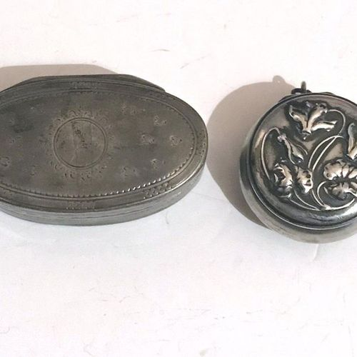 Set including a covered silver shuttle shaped box, decorated with foliage and st…