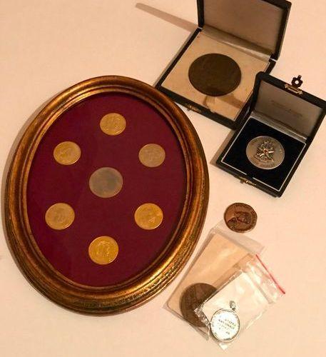 Lot de médailles de table en bronze, laiton ou métal, comprenant une médaille de…