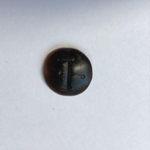 Intaille lenticulaire en agate gravée d'un glaive et d'un faisceau de licteurs. …