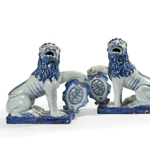 Rouen  Paire de lions assis en faïence sur un socle rectangulaire, la tête tourn…