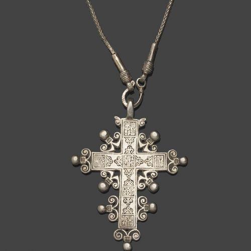 Croix orthodoxe en argent avec sa chaîne en mailles d'argent. Inscriptions gravé…