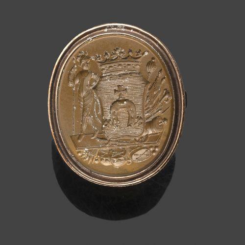 Bague en or jaune (9 K) sertie d'une intaille ovale en jaspe gravée d'une armoir…