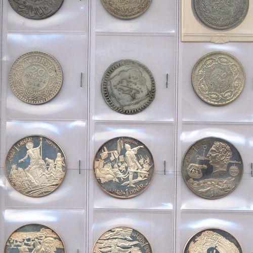 Lot de CINQUANTE monnaies étrangères en argent, billon, bronze d'alu et autres m…