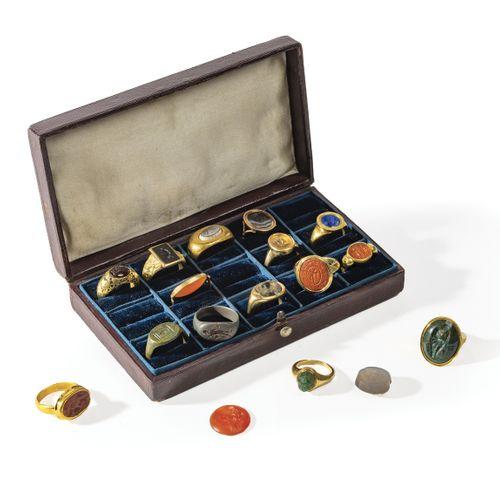 Bague en or jaune formée par trois anneaux réunis, sertie d'une intaille en jasp…
