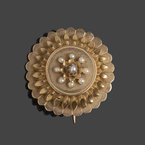 Lot comprenant une broche ronde en or jaune à motif central de demi perles et un…