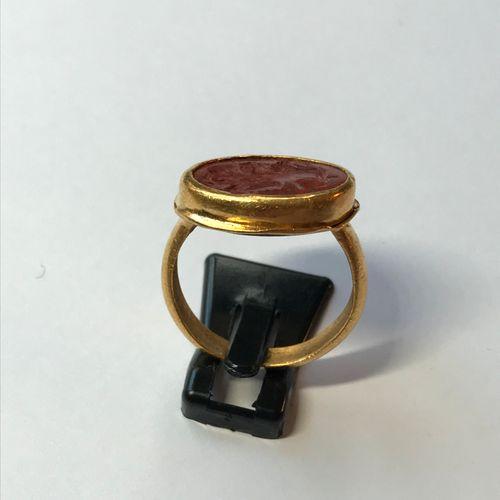 Bague en or jaune sertie d'une intaille en jaspe rouge gravée d'un grylle à doub…