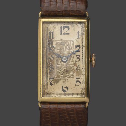 Montre bracelet d'homme en or jaune 18K, le boitier rectangulaire à cadran doré …