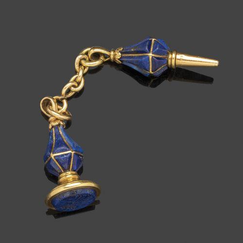 Breloque en or jaune et lapis lazuli comprenant une clé de montre gousset et un …