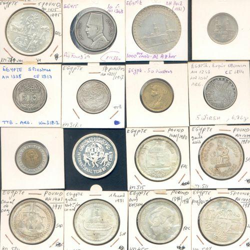 Lot de QUARANTE SIX monnaies étrangères en argent, billon, bronze d'alu et autre…