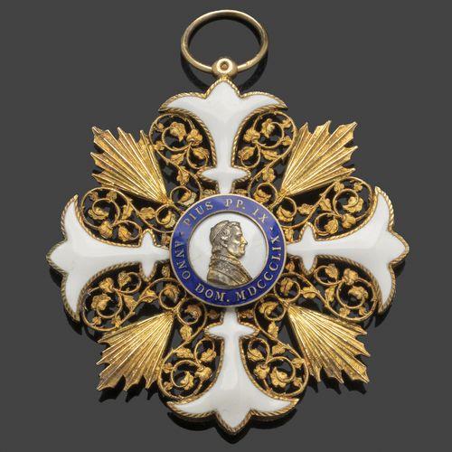 Croix de Chanoine en vermeil et émail peint blanc/bleu ornée dans les centres d'…