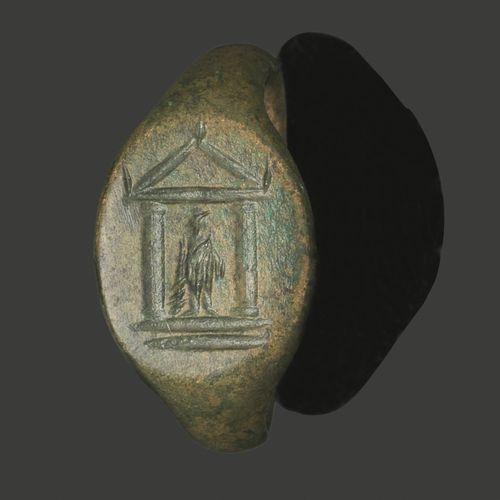 Bague en bronze à patine lisse, le chaton ovale représentant une divinité dans u…