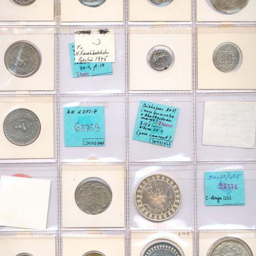Lot de VINGT HUIT monnaies étrangères en argent, billon, bronze d'alu et autres …