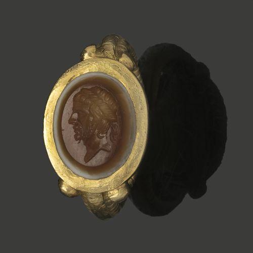 Bague en or jaune sertie d'une intaille en agate deux couches gravée d'un profil…