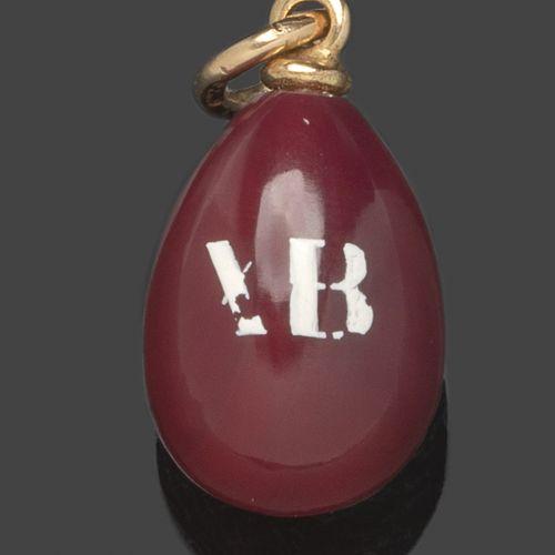 Pendentif œuf en jaspe rouge portant un chiffre en émail blanc (petites usures).…