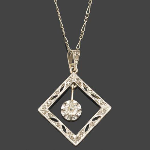 Pendentif en or blanc, de forme losangique centré d'un diamant mobile. (petit ch…