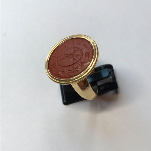 Bague en or jaune sertie d'une intaille ovale en jaspe rouge, gravée d'un Eros v…