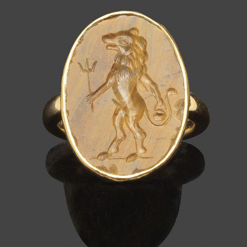 Bague en or jaune sertie d'une intaille en jaspe jaune gravée d'un lion debout t…