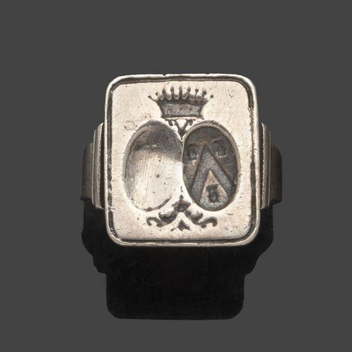 Bague en argent à chaton rectangulaire gravé d'une armoirie sous couronne comtal…