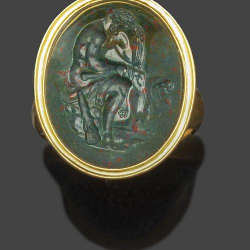 Bague en or jaune sertie d'une intaille en jaspe sanguin représentant Hercule as…