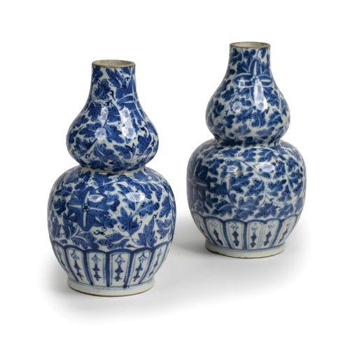 Paire de vases à double panse globulaire en porcelaine de Chine à décor en bleu …