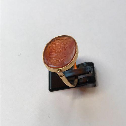 Bague pivotante en or jaune sertie d'une intaille en cornaline gravée sur une fa…