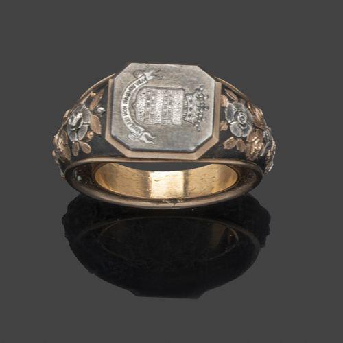 Large bague à anneau ressort en acier, étain et or jaune (9k), à décor en relief…